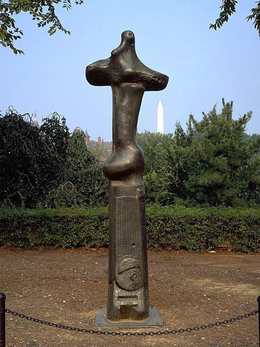 Upright Motive No. 1, Glenkiln Croce, scultura di Henry Moore (1898-1986, United Kingdom)
