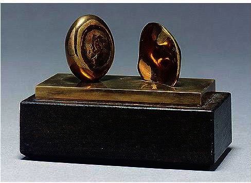 due piccola forme di Henry Moore (1898-1986, United Kingdom) | ArtsDot.com