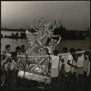 Rosalind Fox Solomon - Immersione di Dea Durga ,..